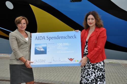 Monika Griefahn übergibt Spendenscheck