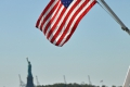 New York: Statue of Liberty mit USA-Flagge